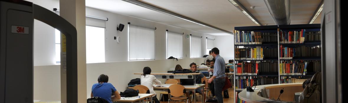Foto di studenti in biblitoeca